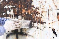 De oppervlaktevoorbereiding door troffel voor verwijdert oude verf Royalty-vrije Stock Afbeeldingen
