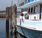De Oppoetsende Boot van de mens Stock Foto's