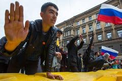 De oppositieverdedigers schreeuwen tijdens een protest voor President Vladimir Putin ` s inauguratieceremonie Stock Fotografie