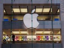 De opslag van de appel, mensen die voor computers winkelt Stock Foto's