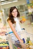 De opslag van de kruidenierswinkel - vrouw het winkelen kiest fruit royalty-vrije stock foto's