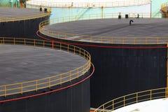 De opslag van de olietank in petrochemisch de industrielandgoed van de olieraffinaderij stock foto