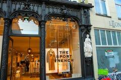 De opslag van de showcasekleding, Den Bosch, Nederland Stock Afbeeldingen