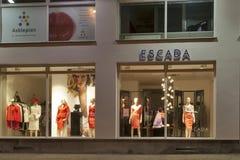 De opslag van Escada in Karlovy vari?ërt bij nacht Stock Foto
