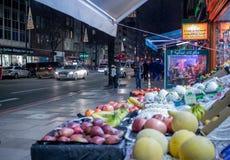 De opslag van de de hoofdstraatkruidenierswinkel van Londen met bypassers royalty-vrije stock afbeelding