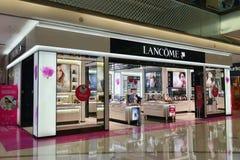 De opslag van Lancomeosmetics in het winkelen Plein, winkelcomplex, Commercieel de bouw binnenland stock foto