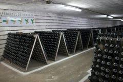 De opslag van mousserende wijn in een wijnkelder Stock Fotografie