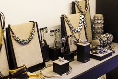 De opslag van de Spaanse firma van juwelen en namaakbijouterie UNOde50 op het centrale vierkant van het kapitaal royalty-vrije stock foto's