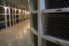 De opslag van wijnflessen in een wijnkelder Royalty-vrije Stock Fotografie