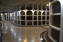De opslag van wijnflessen in een wijnkelder Royalty-vrije Stock Afbeeldingen
