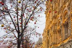 De opslaggom op de achtergrond van bomen met Kerstmisballen die worden verfraaid Rood vierkant nacht Moskou, Rusland Royalty-vrije Stock Foto