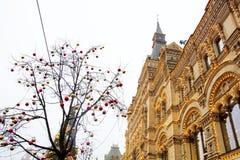 De opslaggom op de achtergrond van bomen met Kerstmisballen die worden verfraaid Rood vierkant nacht Moskou, Rusland Royalty-vrije Stock Afbeelding
