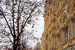 De opslaggom op de achtergrond van bomen met Kerstmisballen die worden verfraaid Rood vierkant nacht Moskou, Rusland Royalty-vrije Stock Foto's