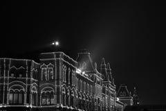 De opslaggom op de achtergrond van bomen met Kerstmisballen die worden verfraaid Rood vierkant nacht Moskou, Rusland Royalty-vrije Stock Afbeeldingen