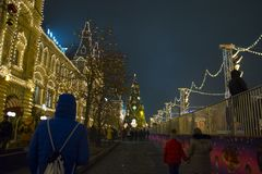 De opslaggom op de achtergrond van bomen met Kerstmisballen die worden verfraaid Rood vierkant nacht Moskou, Rusland Royalty-vrije Stock Fotografie