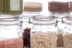 De Opslagkruiken van het glasvoedsel Close-up van ingrediënten in keuken inh. stock foto