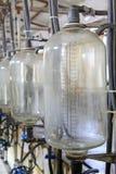 De opslagtank van de glasmelk in een melkende workshop Royalty-vrije Stock Foto