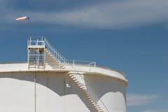 De opslagtank van de olie met windsock Royalty-vrije Stock Afbeeldingen