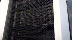 De opslagtoren van verrichtingsgegevens met groene indicatoren Datacentrum grote gegevens stock video