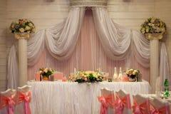 De opstelling van de elegantielijst voor huwelijk Bloemen in de vaas Stock Afbeelding