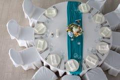 De opstelling van de elegantielijst voor huwelijk in het restaurant Royalty-vrije Stock Afbeeldingen