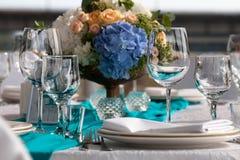 De opstelling van de elegantielijst voor huwelijk in het restaurant Stock Afbeeldingen