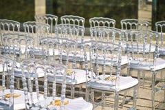 De opstelling van het huwelijkstrefpunt, de spookstoelen is in en populair gebruik voor strandhuwelijk royalty-vrije stock afbeeldingen