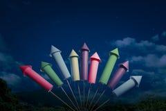 De opstelling van het vuurwerk bij nacht Stock Afbeelding