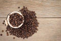 De opstelling van koffiebonen op houten vat en rustieke achtergrond Stock Fotografie