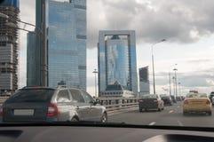 De opstopping op een stadsweg Stock Afbeeldingen