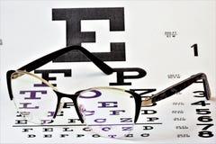 De de opticalijst van visieglazen en controleert de gezondheid van de mening Glazen - een optisch die apparaat wordt ontworpen om royalty-vrije stock afbeeldingen