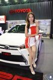 De optie Thailand Fest 2014 BANGKOK, THAILAND 1,2014 Augustus Niet geïdentificeerd model stelde Toyota bij Donderkoepel voor, Mue Royalty-vrije Stock Foto's