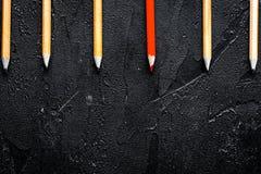 De opties van de conceptenselectie met potloden op donkere bovenkant als achtergrond vi royalty-vrije stock fotografie