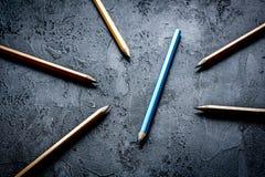 De opties van de conceptenselectie met potloden op donkere hoogste mening als achtergrond stock afbeelding