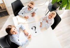 De optimistische kinderen handelen als bedrijfsmensen Royalty-vrije Stock Afbeelding