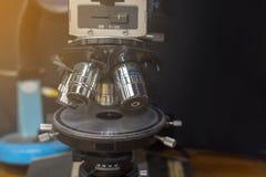 De optische Microscoop in QC laboratorium donkere ruimte, wordt Microscoop gebruikt voor DE Royalty-vrije Stock Afbeeldingen