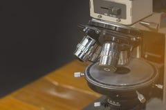 De optische Microscoop in QC laboratorium donkere ruimte, wordt Microscoop gebruikt voor DE Royalty-vrije Stock Foto