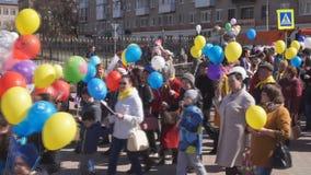 De optocht op de vierkante Optocht van mensen met ballen en vlag-Rusland Berezniki kan 1, 2018 stock video