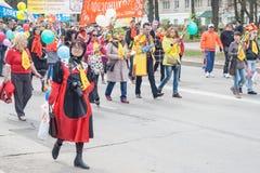 De optocht, parade 1 Mei, 2016 in de stad van Cheboksary, Chuvash Republiek, Rusland royalty-vrije stock fotografie