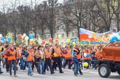 De optocht, parade 1 Mei, 2016 in de stad van Cheboksary, Chuvash Republiek, Rusland stock afbeelding