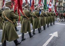 De optocht van Huzaren op paarden en de militairen die in 15 marcheren Maart paraderen in Boedapest, Hongarije Royalty-vrije Stock Foto