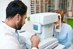 De Optometrist Testing Woman Eyesight van de oogtest op Modern Materiaal royalty-vrije stock fotografie
