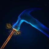 De opvallende spijker w/sparks van de hamer Stock Foto's