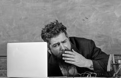 De opvoeders beklemtoonden meer op het werk dan gemiddelde mensen Het leven van leraarshoogtepunt van spanning Moeheid op hoog ni stock foto's