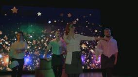 De opwindende jonge actoren dans en zingt op stadium in nachtclub stock videobeelden