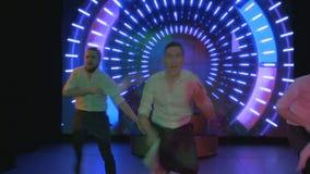 De opwindende jonge actoren dans en zingt op stadium in nachtclub stock footage