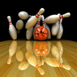 De oranje bal slaat! Stock Foto