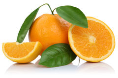 De oranje die fruitsinaasappelen snijden plakken met bladeren op wit worden geïsoleerd Stock Afbeelding