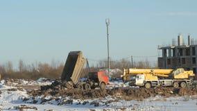 De oranje dragende klei van de bouwvrachtwagen stock video