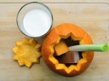 De oranje Halloween-pompoen sneed open Stock Fotografie